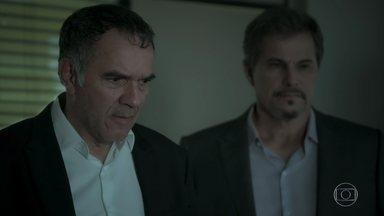 Eurico abandona Silvana na delegacia - Dantas tenta convencer o empresário a perdoar a esposa. Eurico decide sair de casa e Dita pede ajuda a Silvana