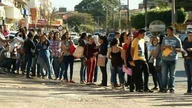 Centenas de pessoas enfentam fila em busca de empregos, em Goiás - Mais de 500 candidatos a vagas disponíveis procuravam trabalho em Valparaíso de Goiás.