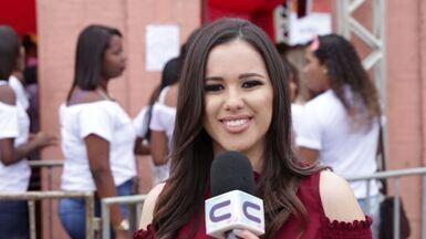 """Crislayne Silva encara a """"Missão Repórter Combinado"""" e se joga no Holy Festival - O festival gospel, conhecido pela explosão de cores, foi realizado na capital sergipana."""