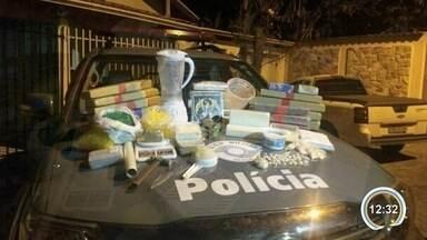 PM flagra laboratório de drogas e prende suspeito de tráfico em Pindamonhangaba - Suspeito foi preso com R$ 13.500 e mais de 25 quilos de droga.