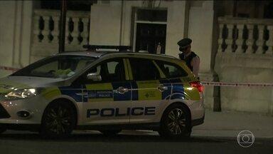 """Polícia britânica está em alerta após ataque perto do Palácio de Buckingham - Um homem foi detido, ontem à noite, perto da residência oficial da rainha. Durante o ataque o agressor gritou """"Deus é grande"""" em árabe. O homem foi abordado pelos policiais enquanto estacionava o carro numa área restrita próxima ao palácio."""