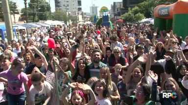 Paraná TV é apresentado ao vivo da 'Hora do Chimarrão' em Francisco Beltrão - Várias pessoas foram até a praça acompanhar a apresentação do jornal.