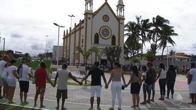 Moradores de Mar Grande fazem oração para as vítimas da tragédia na Baía - Pelo menos 18 pessoas morreram no acidente durante a travessia Salvador-Mar Grande. Confira os detalhes.