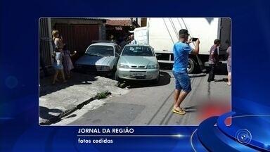 Caminhão perde o freio e bate em veículos em rua de Várzea Paulista - Um caminhão bateu em pelo menos três veículos na tarde deste sábado (26) no Jardim Mirante, em Várzea Paulista (SP). Segundo a Polícia Militar, o caminhão estava descendo a rua Poconé, uma das principais do bairro, quando perdeu o freio e bateu nos carros.