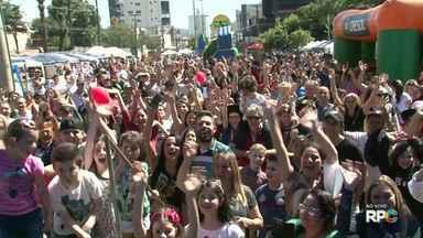 Praça em Francisco Beltrão fica lotada durante evento da 'Hora do Chimarrão' - Moradores da cidade e da região participaram do evento.