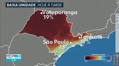 Umidade relativa do ar chega a 23% na capital - No interior, a umidade relativa do ar chegou a 17% em Taubaté e 19% em Votuporanga. O domingo começa frio, mas à tarde faz 28 graus.