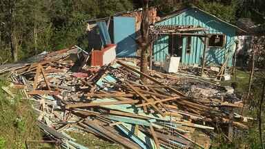 População destrói casa da mulher que confessou ter matado menino em Almirante Tamandaré - A mulher e o marido dela que estão presos foram transferidos para Curitiba por questões de segurança.