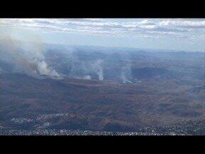 Fogo atinge vegetação em vários pontos de Governador Valadares - Corpo de Bombeiros informou não ter recebido solicitação para verificar a queimada.