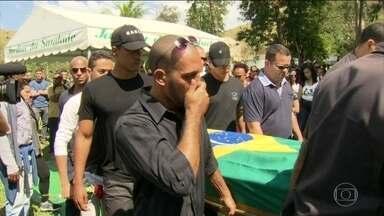 Criminosos matam o 100º PM desde o início de 2017, no RJ - Sargento foi executado em frente à casa dos pais, na Baixada. São 100 PMs assassinados em oito meses.