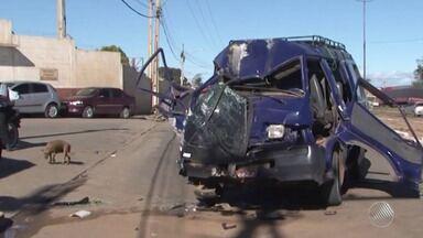 Motorista de van fica ferido após bater em ônibus, em Vitória da Conquista - O motorista foi socorrido e o estado de saúde não foi divulgado.