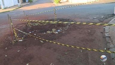 Daerp conserta vazamento, mas deixa buraco na Rua Paulo de Frontim em Ribeirão Preto - Moradores cobram uma solução para o problema no bairro Vila Virgínia há duas semanas.