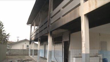 Incêndio causa estragos em escola de Joinville - Incêndio causa estragos em escola de Joinville