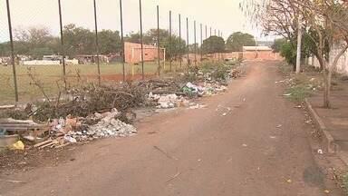 Morador reclama de lixo e entulho em terreno na Vila Albertina em Ribeirão Preto - Coordenadoria de Limpeza Urbana diz que não tem caçambas suficientes para instalar no local.