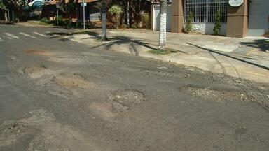 Moradora reclama de asfalto 'esfarelando' no Alvo da Boa Vista em Ribeirão Preto - 'Até Quando' cobrou reparo há 30 dias, mas nada foi feito pela Prefeitura.