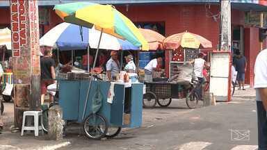 Vendedores ambulantes ocupam irregularmente calçadas em Imperatriz - Ocupação das calçadas por vendedores ambulantes dificulta a circulação de pedestres e também complica o trânsito, tanto no centro quanto nos bairros.