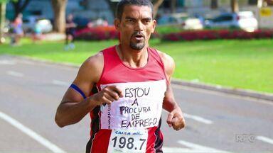 Desempregado pede oportunidade de trabalho em corrida - O Cícero é auxiliar de marcenaria e teve a ideia de colocar uma faixa com o pedido durante a Maratona de Revezamento de Maringá.