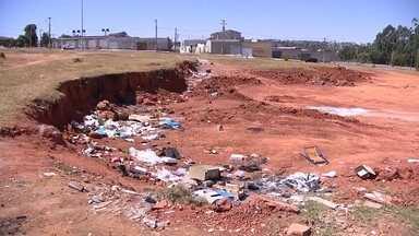 Terrenos vazios viram verdadeiros lixões em Sobradinho 2 - A Redação Móvel visitou esses terrenos para mostrar o problema.