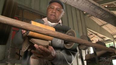 Paraná TV mostra que profissões antigas ainda continuam em alta no estado - A reportagem mostrou como exemplos: um reformador de cadeiras, um sapateiro e um marceneiro. Ao vivo nós conversamos com alfaiate, que aprendeu a profissão com o pai.