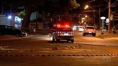 Escrivão é detido após fazer mãe refém e tentar fugir da polícia, em Goiânia - Segundo vizinhos, homem ameaçou colocar fogo na mulher e, por isso, a PM foi acionada.