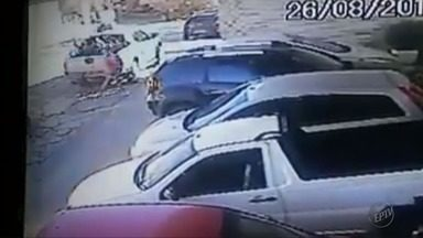 Imagens de câmeras de segurança de supermercado registram acidente em São Tomé das Letras - Imagens de câmeras de segurança de supermercado registram acidente em São Tomé das Letras