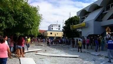 Banco é explodido em Lavras da Mangabeiro, e criminosos trocam tiro com policiais - Leia mais notícias em G1.globo.com/ce