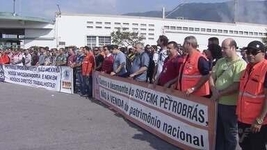 Funcionários da Petrobras querem mais segurança na refinaria em Cubatão - Grupo realizou protesto nos portões da empresa.