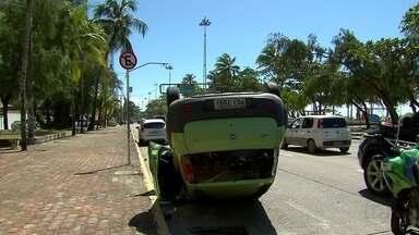 Carro capota na Avenida Boa Viagem, Zona Sul do Recife - Motorista contou aos agentes de trânsito que estava fugindo de assaltantes quando perdeu o controle do veículo.