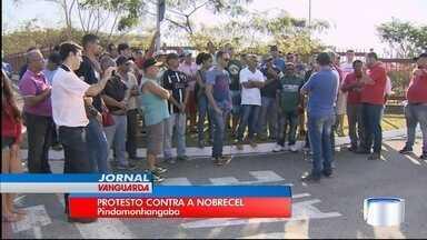 Ex-funcionários da Nobrecel protestaram em Pindamonhangaba - Eles cobram o pagamento de verbas rescisórias.