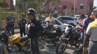 Motociclistas de Piracicaba participam de projeto para diminuir número de acidentes - Eles receberam orientações e itens de segurança; Segunda etapa começa no mês que vem com vistorias nos freios, iluminação e pneus dos veículos.