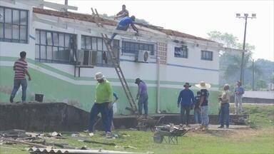 Cerca de 300 alunos estão sem aulas por causa de vendaval em Ariquemes - Moradores se reuniram para reconstruir o que sobrou.