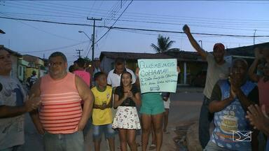 Moradores fazem protesto e pedem linha de ônibus em bairro de São Luís - Moradores da Vila Luizão, em São Luís fizeram um protesto e querem a volta de um ônibus que fazia a linha para o terminal de integração da Cohama.