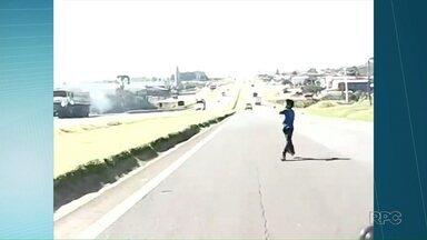 Menino de oito anos escapa por pouco de atropelamento enquanto empinava pipa - Flagra foi feito por motorista de aplicativo que filmava uma corrida