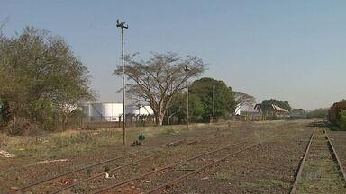 Trilhos desativados na periferia de Ribeirão Preto, SP, viram depósito de lixo - Veja o que restou da ferrovia que durante anos movimentou a economia da região.