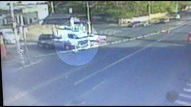 Imagens mostram momento em que mãe e filha são atropeladas em Ribeirão - As duas foram arrastadas após serem atingidas por caminhão na Avenida Brasil.