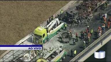 Acidente deixa dois mortos e feridos na Carvalho Pinto em Jacareí - Pista não tem previsão de ser liberada.