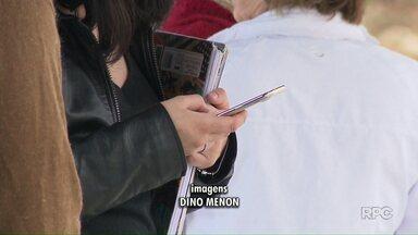 Deixar celular a mostra nas ruas facilita ação de bandidos - Alguns consumidores têm criado o hábito de comprar um celular barato prevendo possíveis assaltos.