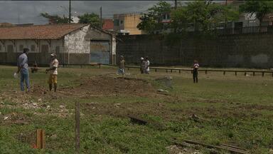 Grupo invade terreno no bairro do Quarenta pra se livrar do aluguel - Eles viram no terreno abandonado e cheio de lixo uma oportunidade de construir novas casas.