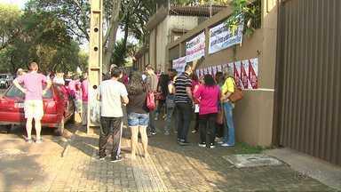 Escolas se mobilizam em frente ao Núcleo Regional de Educação em Foz - Protesto ocorreu também em várias regiões do estado.