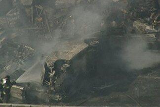 Bombeiros de Mogi das Cruzes auxiliam no resgate em acidente na Carvalho Pinto - Vinte pessoas ficaram feridas e duas morreram. Equipe de 21 homens dos Bombeiros do Alto Tietê prestaram socorro no engavetamento.