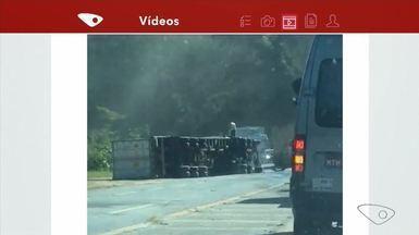 Carreta tomba e duas pessoas ficam feridas na BR-101 em Anchieta, ES - Motorista e ajudante foram levados para a Santa Casa de Cachoeiro de Itapemirim. A rodovia não precisou ser interditada.