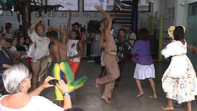 Integrante do projeto Axé se apresentam para convidados de ONG italiana - Meninos e meninas do projeto apresentaram shows de dança e música para convidados da ONG Maestri Di Strada.