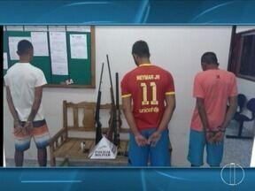 Três rapazes são detidos por assaltarem um ônibus escolar na zona rural de Verdelândia - Estudantes, com idades entre 15 e 17 anos, foram surpreendidos pelos suspeitos que, armados, atiraram para o ônibus parar; outros dois envolvidos estão sendo procurados.