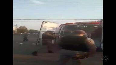 Policial é investigado por disparar balas de borracha contra ambulância em Uruguaiana - Motociclista era atendido após acidente de trânsito, quando iniciou a confusão. Policial efetuou disparos contra pessoas que estavam no veículo.