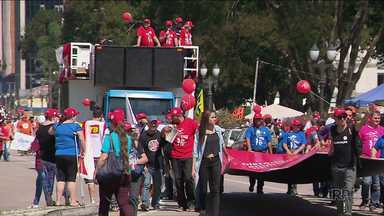Professores do Noroeste vão a Curitiba em dia de manifestação - Das 205 escolas da região, em 73 alguns estudantes não tiveram aulas.