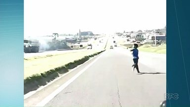 Menino de oito anos atravessa rodovia em Ponta Grossa e assusta motoristas - Um motorista que passava pela PR 151 filmou toda ação