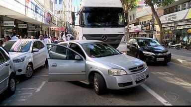 Carreta bate em dois carros no Centro de Colatina, ES - O trânsito ficou lento no local.