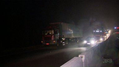 Três pessoas ficam feridas em assalto a ônibus na BR-376 - Os bandidos usaram um guincho para interditar a rodovia e impedir a passagem dos veículos.