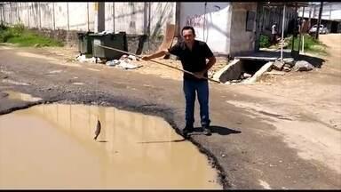 Morador simula pescaria para denunciar buraco em rua - Prefeitura de Jaboatão prometeu resolver essa situação.