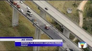 Após acidente com dois mortos, Carvalho Pinto tem uma faixa liberada - Ecopistas trabalha na recuperação do pavimento no local.