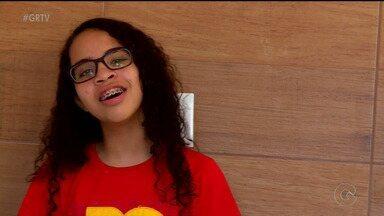 Adolescente de 15 anos supera deficiência visual através da música - A menina nasceu sem a visão do olho esquerdo e enxerga muito pouco pelo olho direito, mas conseguiu superar seus limites.